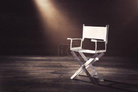 Photo pour Image à contraste élevé de la chaise de directeur en papier - image libre de droit
