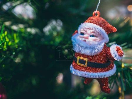 fröhliche Weihnachtsschmuck, kleine süße Weihnachtsmann hängen auf gr