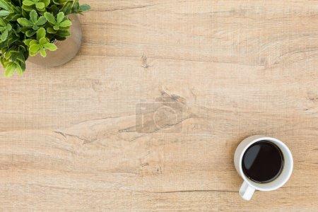 Photo pour Table en bois minime avec café et une petite plante. Vue du dessus avec espace de copie, plan plat . - image libre de droit