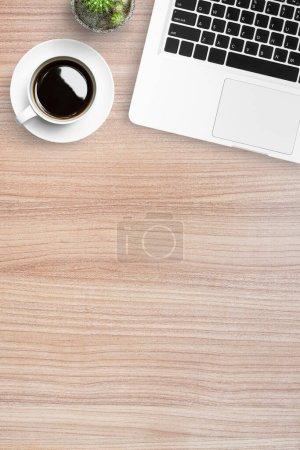Photo pour Table en bois avec ordinateur portable et tasse de café. Vue du dessus avec espace de copie, plan plat . - image libre de droit