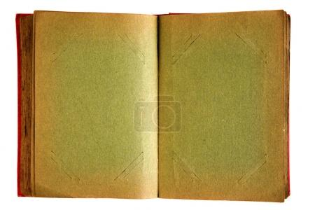 Photo pour Très vieil album photo aux pages sombres et vides. Tous les signes d'âge ont été laissés. Isolé sur blanc . - image libre de droit