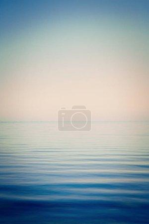 Photo pour Fond de ciel et mer, la mer est très calme, avec des ondulations douces, avec un effet d'instagram - image libre de droit
