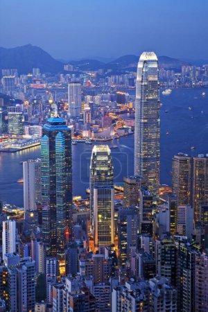 Photo pour Certains des bâtiments les plus hauts de Hong Kongs, y compris IFC2, vus du sommet de l'île de Hong Kong au crépuscule . - image libre de droit