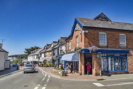 Photo pour 7 juillet 2018 : Bude, Cornwall, Uk - Shopping in Lansdown Road, Bude Cornwall Uk - image libre de droit
