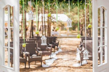 Photo pour Gros plan photo de belle décoration de mariage en plein air sur fond de forêt avec des chaises - image libre de droit