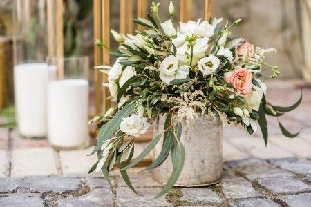 Photo pour Décoration de mariage floral avec des fleurs fraîches pastel et des bougies sur le sol - image libre de droit
