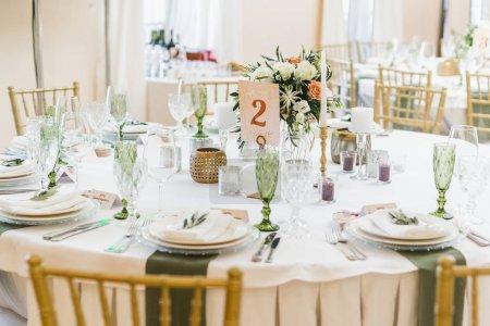 Photo pour Vue des tables de mariage coupées et décorées dans le restaurant - image libre de droit