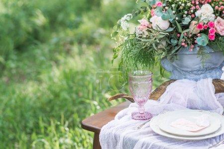 Photo pour Bouquet avec des fleurs de printemps sur la table de mariage en plein air avec herbe verte - image libre de droit