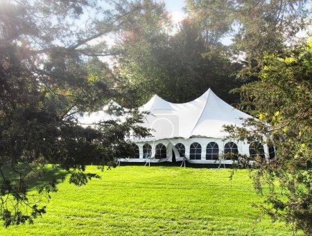Photo pour Tente installée tôt le matin le jour d'un mariage - image libre de droit