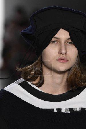 Photo pour NEW YORK, NY - 10 FÉVRIER : Un mannequin parcourt la piste de la collection Telfar lors de la Fashion Week de New York, le 10 février 2017 à New York . - image libre de droit