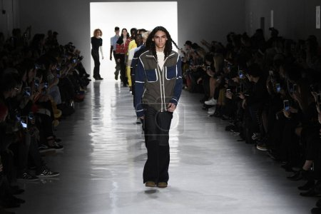 Photo pour NEW YORK, NY - 10 FÉVRIER : Des mannequins défilent sur la piste finale de la collection Telfar lors de la Fashion Week de New York, le 10 février 2017 à New York . - image libre de droit