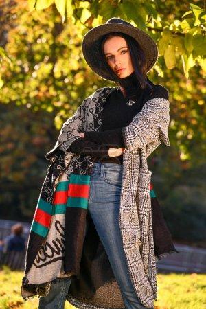 Photo pour Photo de mode en plein air d'une jeune belle dame dans un parc d'automne par beau temps. - image libre de droit