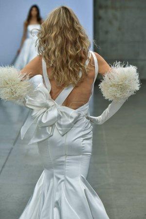 Photo pour New York, Ny - 4 octobre : Un mannequin marche sur la piste pendant le Pnina Tornai Fall 2020 Bridal Runway Show le 4 octobre 2019 à New York. - image libre de droit