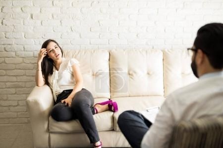 patient, partage des problèmes avec le psychothérapeute mâle