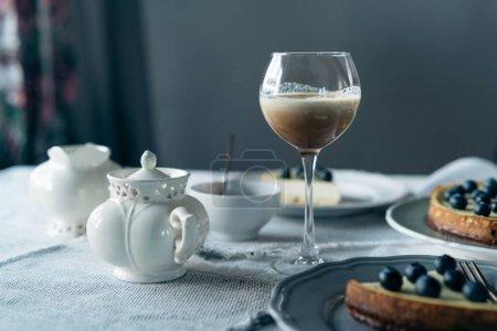 Photo pour Délicieux dessert avec café et baies fraîches sur la table - image libre de droit