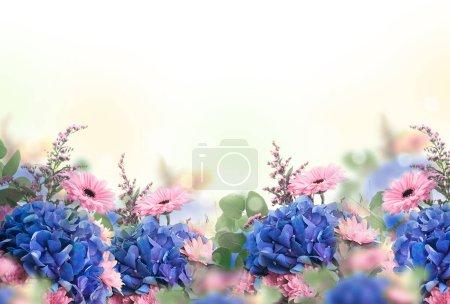 Foto de Increíble tarjeta Floral con margaritas rosa y hortensias en fondo amarillo borroso - Imagen libre de derechos