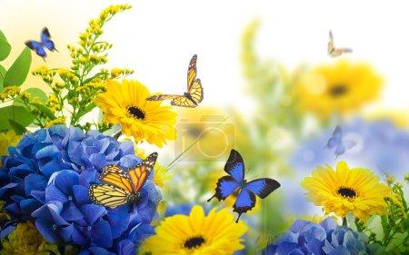 Foto de Increíble tarjeta Floral con margaritas amarillas y hortensias con mariposas de colores sobre fondo borroso - Imagen libre de derechos