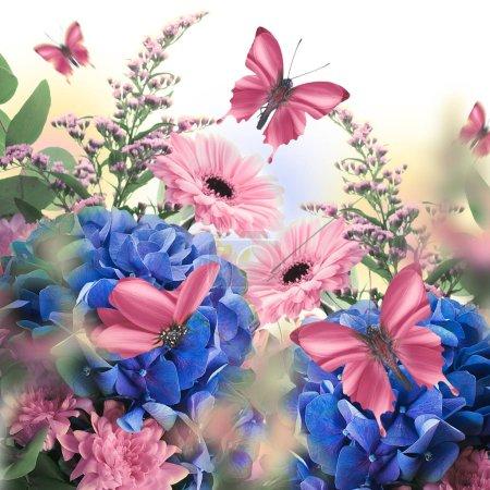 Foto de Increíble tarjeta Floral con margaritas rosa y mariposas rosa sentado en hortensias sobre fondo blanco - Imagen libre de derechos