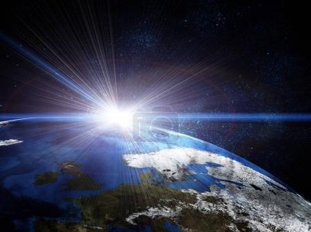 Photo pour Belle terre dans l'espace, avec l'éclat du soleil et des étoiles. Certains éléments de cette image fournie par la Nasa - image libre de droit
