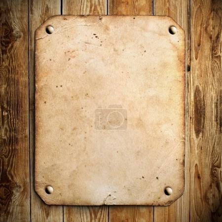 Photo pour Vieux papier sur le fond en bois - image libre de droit