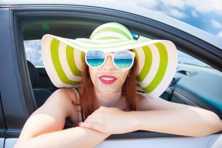 Photo pour Femme heureuse détendue sur été roadtrip voyage vacances se penchant sur la vitre de la voiture en verres blancs - image libre de droit
