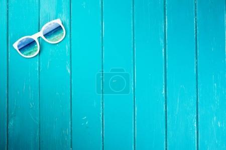 Foto de Elegantes gafas de sol blanco sobre un fondo azul - Imagen libre de derechos