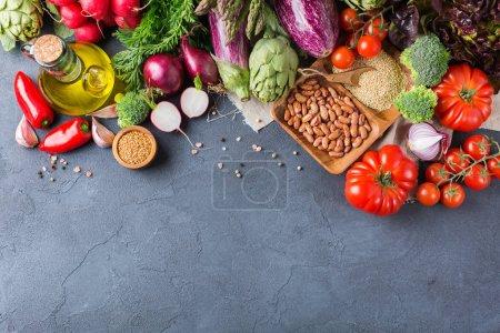 Photo pour Assortiment de légumes fermiers biologiques frais aliments pour la cuisson végétalien régime végétarien et la nutrition. Vue de dessus plan plat, fond de l'espace de copie - image libre de droit