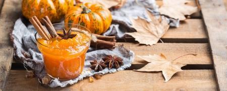 Photo pour Nourriture et boisson, nature morte, action de grâce récolte automne concept d'automne. Confiture de citrouille ou confiture aux épices sur une table rustique en bois - image libre de droit