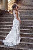 Schöne Braut in weiß Hochzeit in außerhalb des Herrenhauses