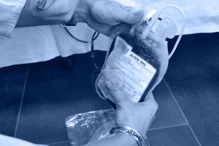 Photo pour Sac de sang dans les mains des infirmières - image libre de droit