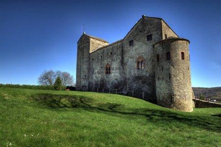 Photo pour Langhe - Le château du Prunetto, dans l'Alta Langa. - Vue sur l'ancien château du Prunetto, dans le Langa supérieur, entouré d'un pré verdoyant au sommet d'une colline . - image libre de droit