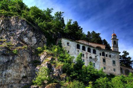 Photo pour Sanctuaire de Sainte-Lucie, accroché au flanc du Calvaire. - Le sanctuaire de Santa Lucia, partiellement dans une grotte rocheuse, à Villanova Mondov, dans le Piémont, Italie . - image libre de droit