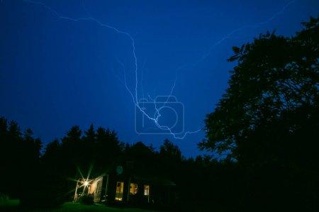 Foto de Rayo en un campo, el cielo de la noche - Imagen libre de derechos