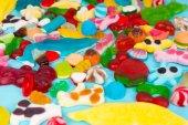 Detail cattered chutné světlé bonbóny a želé candi