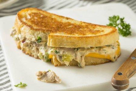 Sandwich casero tostado de atún derretido