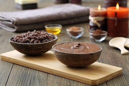 Photo pour Spa au chocolat, gommage maison et chocolat fondu sur fond en bois - image libre de droit