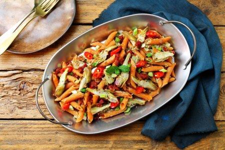 Photo pour Pâtes italiennes macaroni avec artichauts - image libre de droit