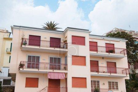 Photo pour Européenne de construction avec un volet windows, Anzio, Italie - image libre de droit