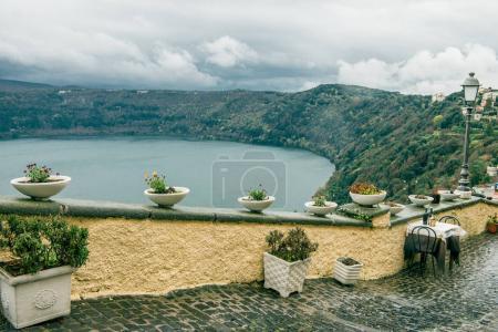 Photo pour Magnifique lac albano à Castel Gandolfo, banlieue de Rome, Italie - image libre de droit
