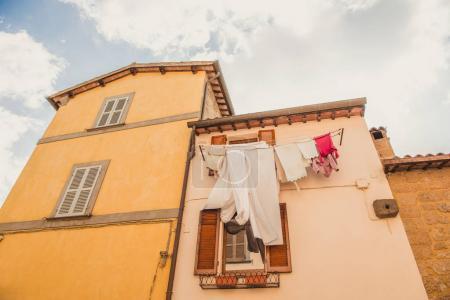 Foto de Vista de ángulo bajo de la ropa secado exterior edificio en Orvieto, suburbio de Roma, Italia - Imagen libre de derechos