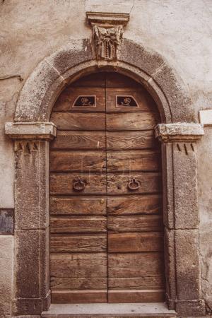 Photo pour Vieilles portes en bois à Orvieto, banlieue de Rome, Italie - image libre de droit