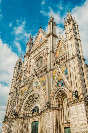 Photo pour Ancienne cathédrale d'Orvieto historique et ciel bleu à Orvieto, banlieue de Rome, Italie - image libre de droit