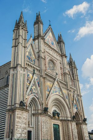 Photo pour Faible angle Découvre de la vieille cathédrale d'Orvieto contre un ciel bleu à Orvieto, banlieue de Rome, Italie - image libre de droit