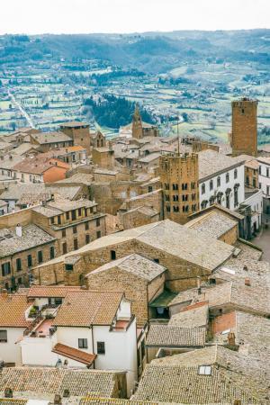 Photo pour Vue aérienne de toits de bâtiments et de collines verdoyantes à Orvieto, banlieue de Rome, Italie - image libre de droit