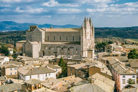 Photo pour Vue aérienne de la vieille cathédrale d'Orvieto et bâtiments à Orvieto, banlieue de Rome, Italie - image libre de droit