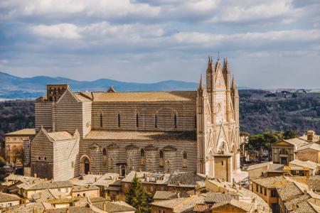 Photo pour Vue aérienne de la cathédrale d'Orvieto à Orvieto, banlieue de Rome, Italie - image libre de droit
