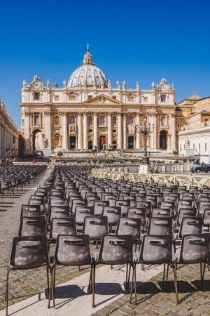 Photo pour Vatican, Italie - 10 mars 2018: rangées de chaises sur place Saint-Pierre - image libre de droit