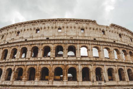 Photo pour Ruines du Colisée nuageux, Rome, Italie - image libre de droit