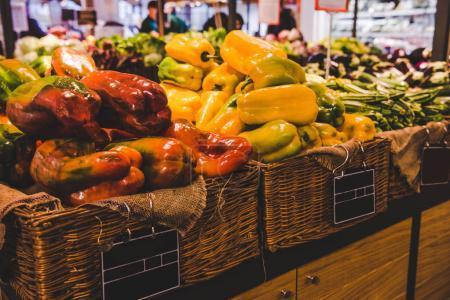 Photo pour Gros plan de poivrons frais dans des paniers en vente sur le marché des fermiers, Rome, Italie - image libre de droit