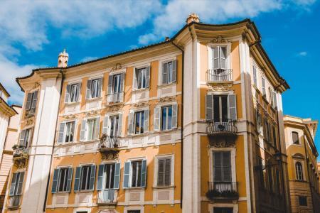 Photo pour Bâtiments et ciel bleu à Rome, Italie - image libre de droit